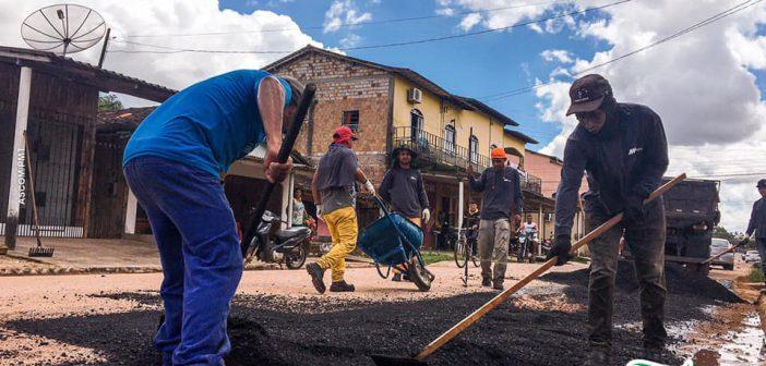 A Prefeitura reiniciou os serviços de reposição asfáltica na zona urbana.